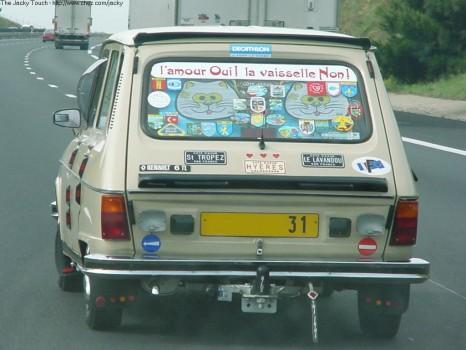 L amour oui, la vaisselle non, slogan sur une Renault 6