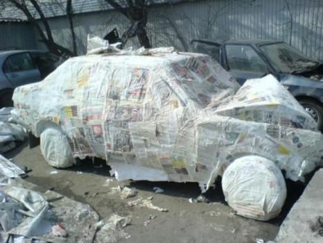 voiture recouverte de papier journal