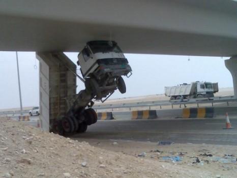 camion coincé sous un pont trop haut
