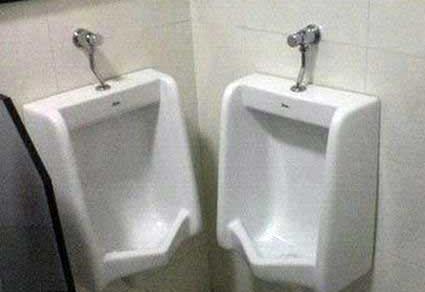 deux urinoires trop proches