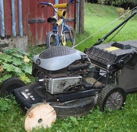 Une tondeuse avec une roue en bois