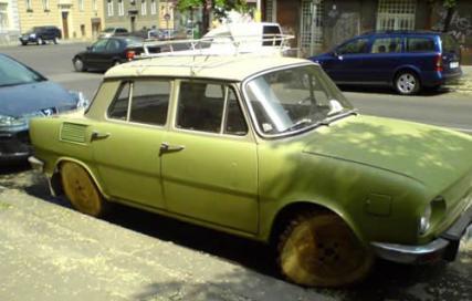 voiture avec des roues en bois, increvable