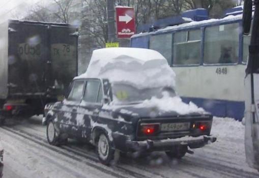 neige sur le toit d une voiture