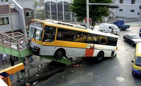 un bus essaie de monter un escalier