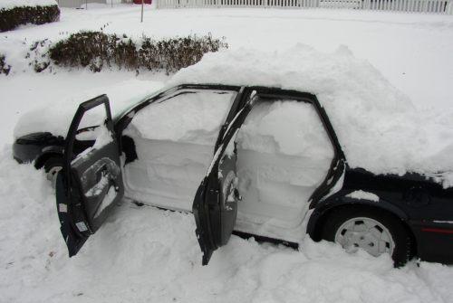 voiture remplie de neige