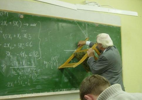 Un prof utilise une chaise comme une règle