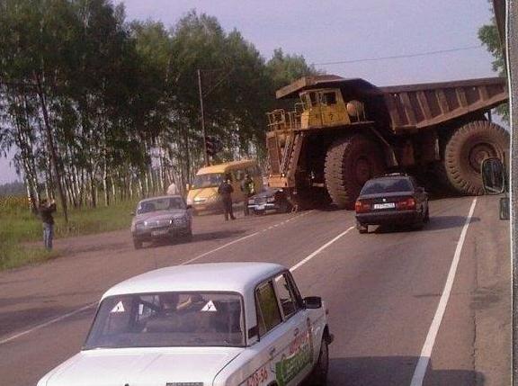 un gros camion fait demi-tour