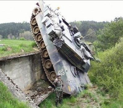un tank qui fait une sortie route