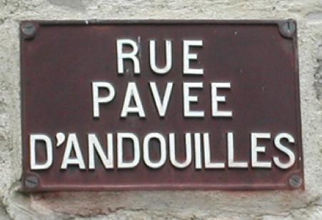 une rue pavée d'andouilles