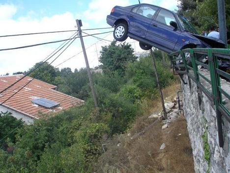 voiture accidentée dans le vide