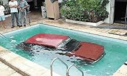 Et une voiture dans la piscine