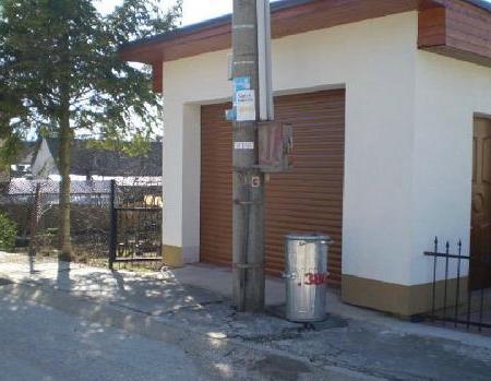 poteau devant la porte du garage