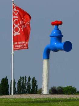 un robinet géant ouvert dans les airs