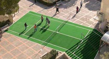 court de tennis avec escalier