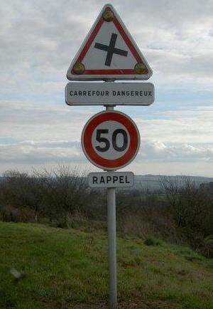 panneau carrefour dangereux a l envers