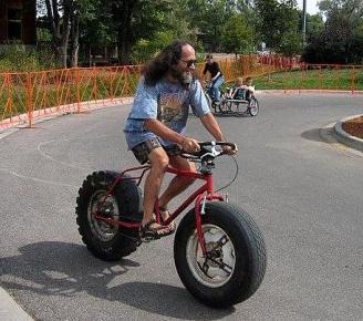 un chauffeur routier qui fait du vélo