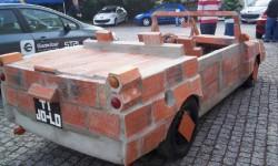 voiture en briques de derrière