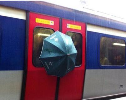 parapluie qui reste en dehors du rer