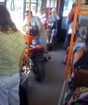Une moto dans un bus