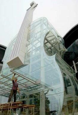 Violon en verre géant