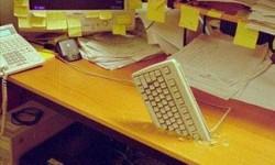 Un clavier planté à travers le bureau