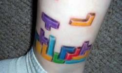 tatouage de Tetris sur la jambe