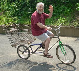 Jacky fait ses courses en vélo