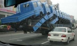 Un camion qui transporte des camions
