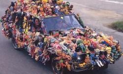 Une  voiture avec des peluches