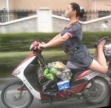 Une équilibriste en scooter