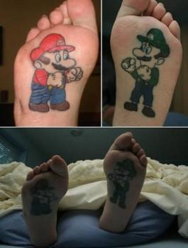 Tatouages de Mario et Luigi sur les pieds