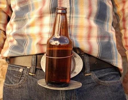 boucle de ceinture qui fait office de repose bière