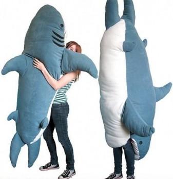 Mangé par un requin peluche