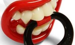 tétine de l'enfer avec des dents de vampire