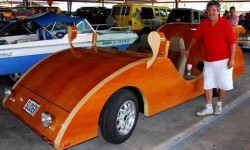 Une voiture en bois