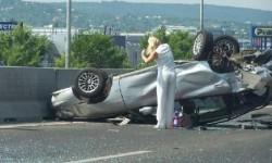 Que fait une blonde après un accident de voiture ?