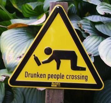 des gens bourrés peuvent traverser la route