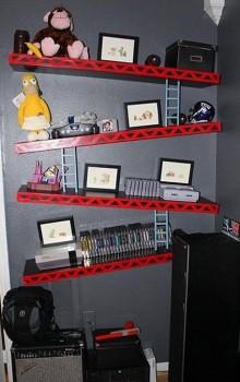 Les étagères d'un geek dans sa chambre