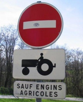 Interdit aux tracteurs sauf engins agricoles