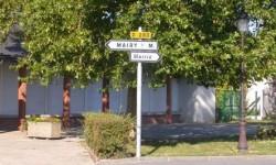 Panneaux indiquant la mairie dans 2 sens opposés