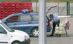Un gendarme qui fait le plein