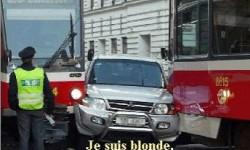 Blonde au volant danger au volant