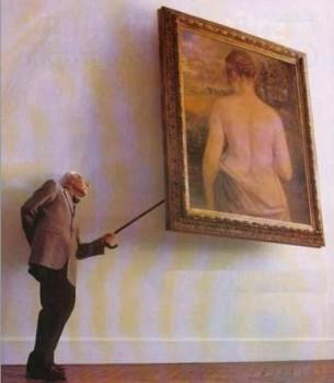 un papy curieux regarde derrière un tableau avec sa canne
