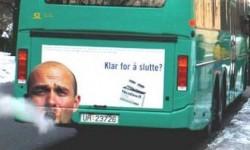 Un bus pollueur avec un fumeur de cigare