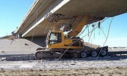 Il essaie d'arracher un pont