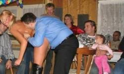 Pendant que je suis sur les genoux de tonton,... papa s'amuse avec une strip-teaseuse...