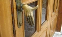Une poignée de porte en forme de main