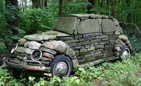 Une voiture en pierres