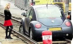 Une blonde prend sa voiture pour aller à la gare et prendre son train...