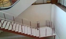 un escalier qui mène droit dans le mur